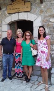 """Σεπτεμβριος 2020. Στην εισοδο του Σχολειου ο δασκαλος κ. Γιωργος Βλασης με την συζυγο του κ. Ροζανα, την συζυγο του γιου του κ. Αναστασια Μαρη, μαζι με την Μαρια Θωμα Χριστοδουλοπουλου, ιδιοκτητρια της ταβερνας πλεον (πρωην Σχολειο Μαρκου), με νέα ονομασία : """"Αλλοθι… στου Μαρκου""""."""